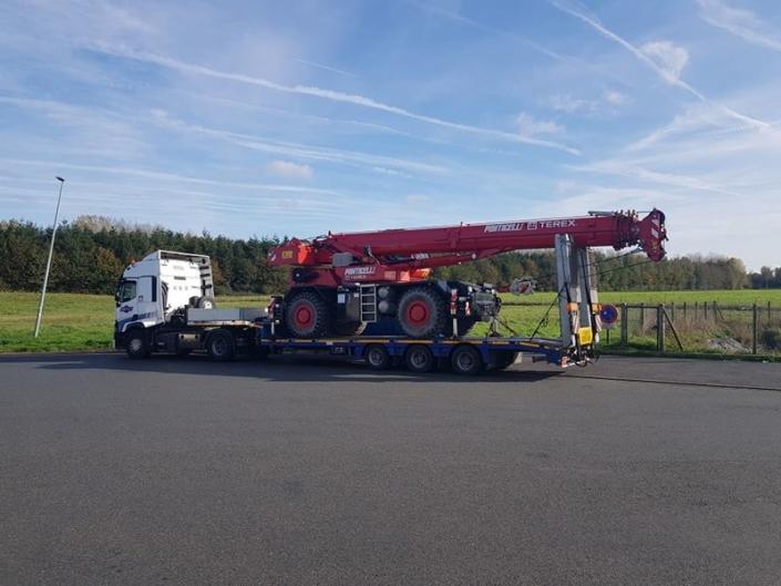 Transport de grues de levage sur remorques surbaissées - Convoi exceptionnel